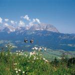 zwei-gondeln-in-alpenlandschaft